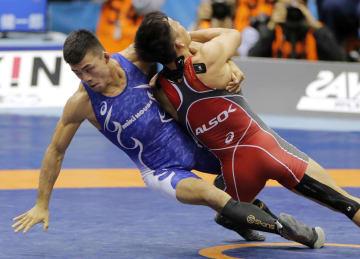 男子グレコローマン60キロ級決勝 太田忍(右)を攻める文田健一郎=駒沢体育館