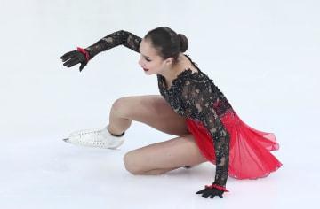 22日のロシア選手権フリーで転倒するアリーナ・ザギトワ=サランスク(タス=共同)