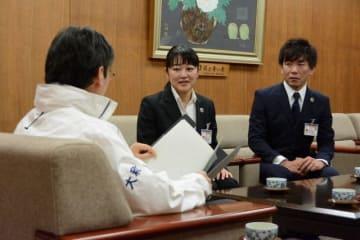 大和市長に青年海外協力隊として出発報告する遠藤さん(右)と間崎さん(中央)=大和市提供
