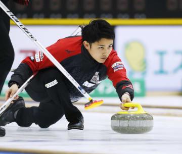 男子決勝 カナダチームと対戦し、ショットを放つコンサドーレの松村=軽井沢アイスパーク