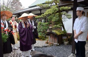 托鉢に回る三千院の僧侶ら(23日午前9時、京都市左京区)