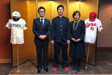 激励会に参加した広島のドラフト1位ルーキー小園海斗(中央)とご両親【写真:沢井史】
