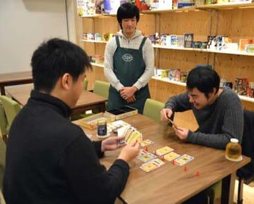 ボードゲームカフェで、ゲームを楽しむ愛好家(広島市中区のコースト)