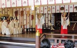 厳かな雰囲気で営まれた「天長祭」=神戸市中央区多聞通3、湊川神社