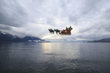 「空を飛ぶ」サンタクロース スイス