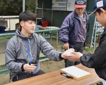 【サイン会で野球少年と交流したDeNA入りの伊藤裕季也選手(左)=四日市市内で】