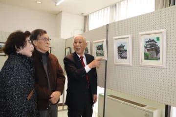 【作品を紹介する生川さん(右)=四日市市下之宮町のあさけプラザで】