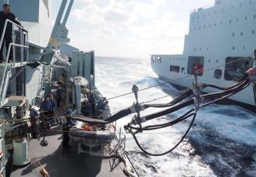 海上で「アステリクス」から「カルガリー」へ給油する様子=2018年11月23日午後
