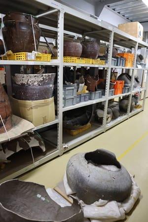 埋蔵文化財を保管している伏見水垂収蔵庫。収容スペースがひっ迫し、廊下などにも出土品があふれている(京都市伏見区)