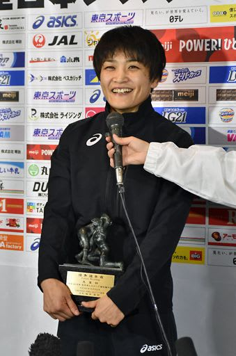 大会後のインタビューで笑顔を見せる伊調選手