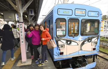 漫画家松本零士さんが忍者を描いた列車が停車する伊賀鉄道上野市駅のホーム=三重県伊賀市