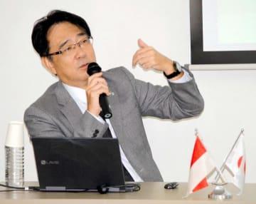 愛媛大でインドネシアについて講演する同国在マカッサル領事事務所の宮川所長