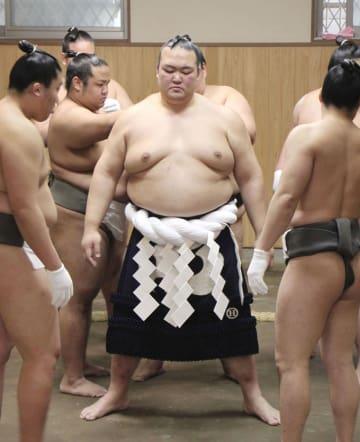 新しい綱を締める稀勢の里関=24日、東京都江戸川区の田子ノ浦部屋