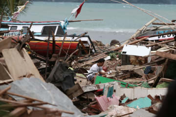インドネシア津波 一夜明け惨状があらわに