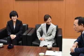 加山俊夫相模原市長(右)に優勝の喜びを語る道下美里さん(中央)と青山由佳さん(左)=相模原市役所