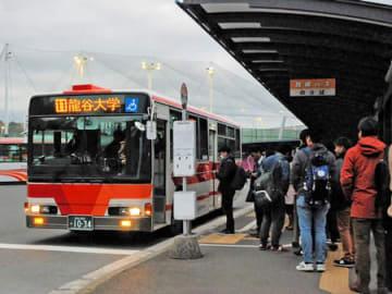 路線バスを待つ龍谷大の学生ら(大津市瀬田大江町)