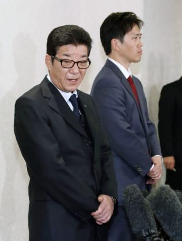 記者団の質問に答える松井一郎大阪府知事(左)と吉村洋文大阪市長=24日午後、大阪市