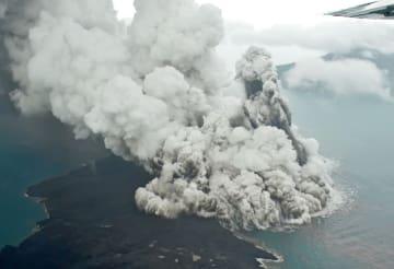 インドネシア・スンダ海峡で噴火し、噴煙を上げる「アナック・クラカタウ山」。インドネシア気象庁は、噴火に伴い発生した海底地滑りが津波の原因と確認した=23日(スシ・エアー提供、共同)