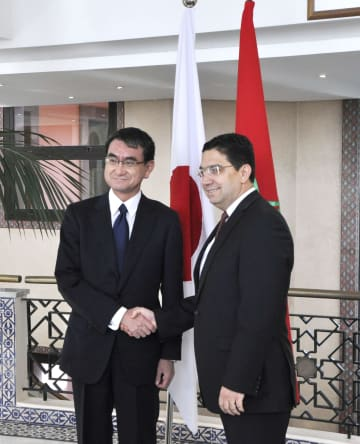 会談を前にモロッコのブリタ外相(右)と握手する河野外相=24日、ラバト(共同)