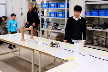 自作ロボットの性能を競った大会=長崎大文教キャンパス