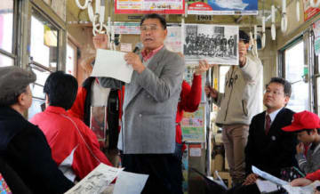 電車内でカープ草創期のエピソードを語る長谷部さん(中央)