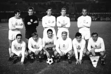 1969年12月、チェコスロバキア代表として、ハンガリー戦に臨むアダメツ氏(上段左)=マルセイユ(AP=共同)