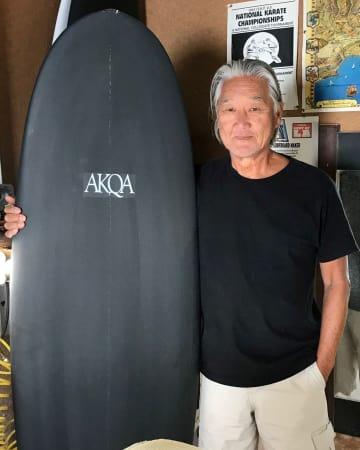 サーフボード・シェイパーのガイ・オカザキさんは、サーフィン好きの父の影響で物心ついたときには波に乗っていたという。ウェブサイトはhttp://www.guyokazaki.com/