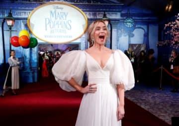 12月17日、ディズニーの名作ミュージカル映画の続編『メリー・ポピンズ リターンズ』(日本公開2019年2月1日)に主演した女優エミリー・ブラント(35)は、撮影中最も恐ろしかったのは上空から降りてくるシーンだったと明かした。11月29日、米ロサンゼルスでの世界プレミアで撮影 - (2018年 ロイター/Mario Anzuoni)