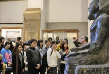 カイロの考古学博物館を見学する高校生ら=24日(共同)