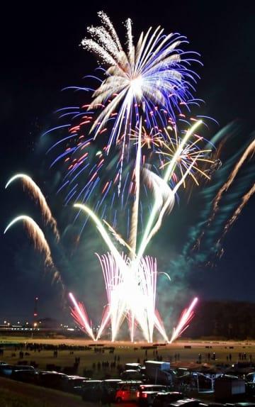 クリスマスイブの夜空を彩る花火=24日午後7時10分、足利市の渡良瀬川河川敷