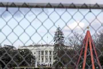 クリスマスツリーが飾られたホワイトハウス=24日、ワシントン(AP=共同)