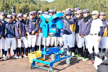【甲子園までの戦いぶりに感動したという県内企業が寄贈した投球マシーンを試運転する白山ナイン=19日、津市南家城の同校で】