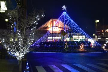 JR高萩駅前が青色のLEDの光で飾り付けられた=高萩市高萩