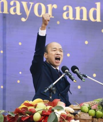 25日、台湾高雄市で就任演説をする韓国瑜市長(共同)