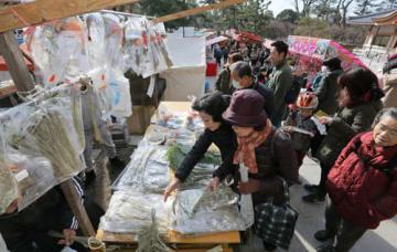 終い天神で正月飾りを買い求める参拝客ら(25日午前10時30分、京都市上京区・北野天満宮)