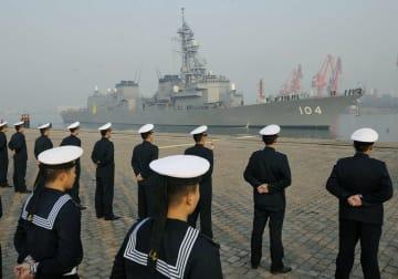 2011年12月、中国海軍の兵士が整列して迎える中、入港する海上自衛隊の護衛艦「きりさめ」=中国山東省の青島港(共同)
