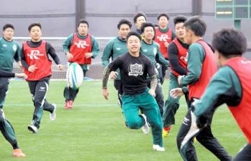 国学院栃木との初戦に向け、練習する若狭東の選手たち=福井県おおい町総合運動公園