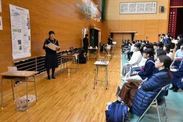 保護者や中学生を前に自身の研究成果について報告した高鍋高の探究科学コース課題研究発表会