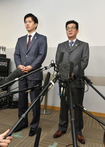記者の質問に答える松井一郎大阪府知事。左は吉村洋文大阪市長=25日午後、大阪市