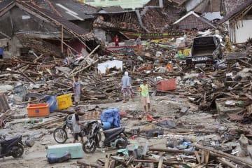 インドネシア・ジャワ島西部で、津波被害の状況を調べる人たち=25日(AP=共同)