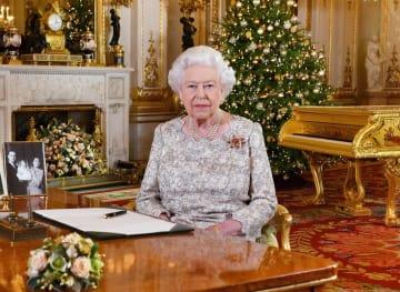 クリスマスのメッセージを収録し終えたエリザベス英女王=24日公表、ロンドン・バッキンガム宮殿(ロイター=共同)