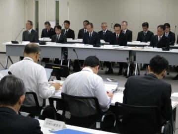 プラントの安全対策が議論された18日の審査会合。出席者は手前が規制委で、奥が中電