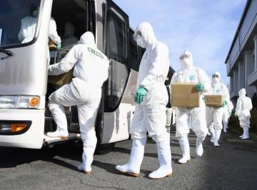 豚コレラが発生した養豚場へ防疫作業に向かうためバスに乗り込む自衛隊員=25日午後、岐阜県関市
