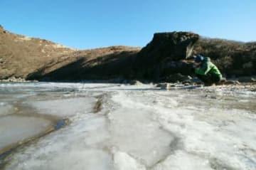 凍結した御池=25日午前9時17分、竹田市久住町