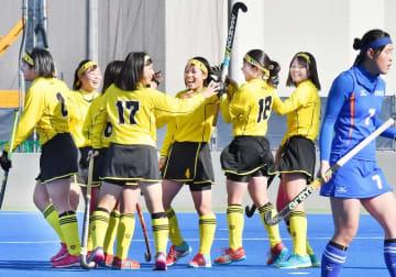 全国高校選抜ホッケーの女子準決勝で先制点を挙げ、喜ぶ丹生の選手たち=12月25日、大阪府の立命館OICフィールド