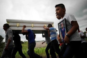 7日に死亡したグアテマラ人女児の故郷で執り行われた葬儀=25日、中米グアテマラ(ロイター=共同)