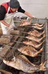 炭火でじっくりと焼き上げる「にらみ鯛」=加古川市野口町長砂