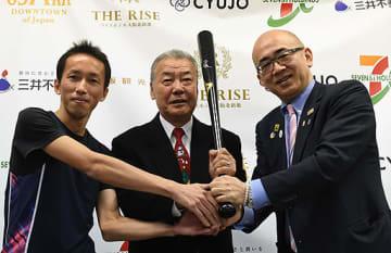 スポーツを通じた観光の盛り上げを誓う坂本さん、福本さん、溝畑理事長(左から)=25日、大阪市中央区の大阪観光局