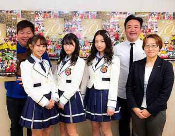 全日本女子サッカー選手権をPRするたむらさん(右から2人目)とNMB48のメンバーら