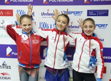 ロシア選手権で優勝し笑顔のシェルバコワ選手。左は2位のトルソワ選手、右は3位のコストルナヤ選手=サランスク(共同)